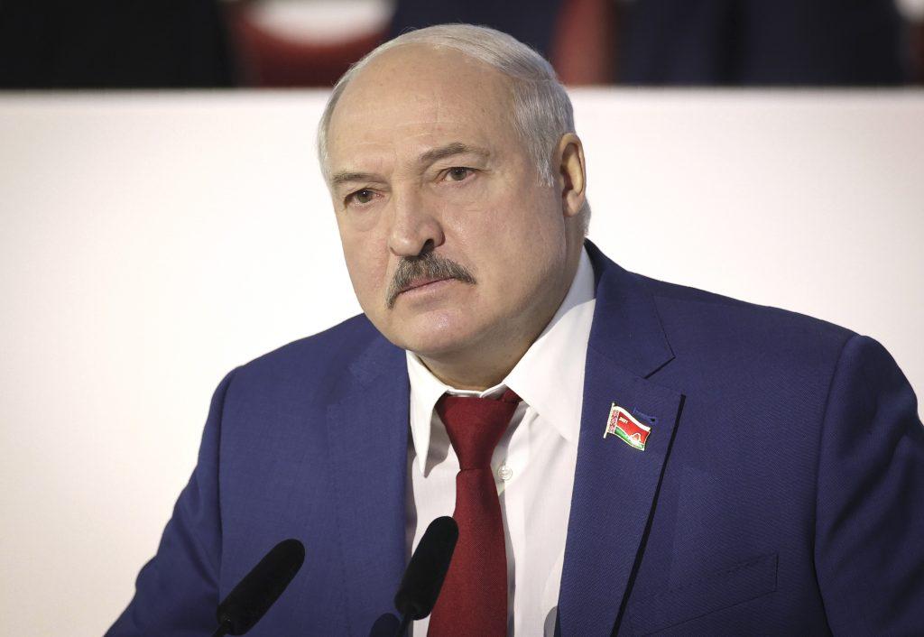 Lukašenko pritvrdzuje a odďaľuje novú ústavu. Krk mu môže zlomiť ekonomika