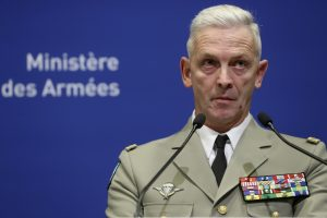 Francúzska armáda vypudzuje vojakov, ktorí v liste varovali pred občianskou vojnou