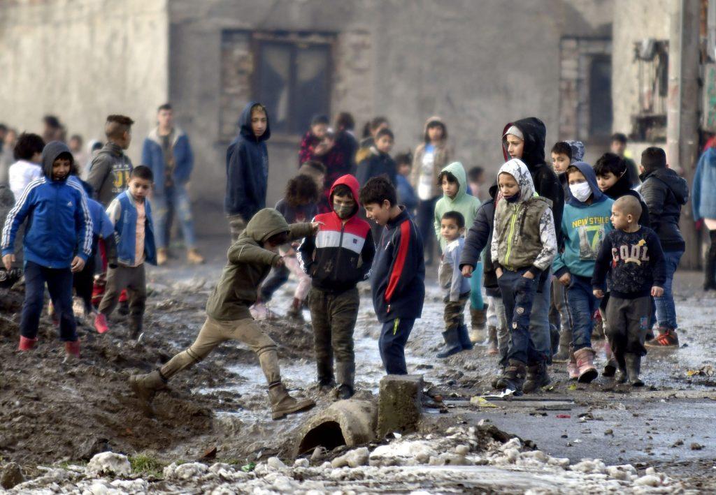 Stratégia inklúzie Rómov: Vláda hodlá znížiť podiel Slovákov, ktorí ich nechcú za susedov