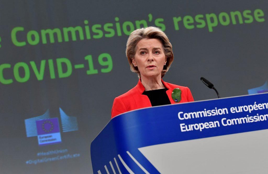 Eurokomisia plánuje vystaviť stopku vektorovým vakcínam, tvrdí taliansky denník. Uprednostňuje Pfizer a Modernu