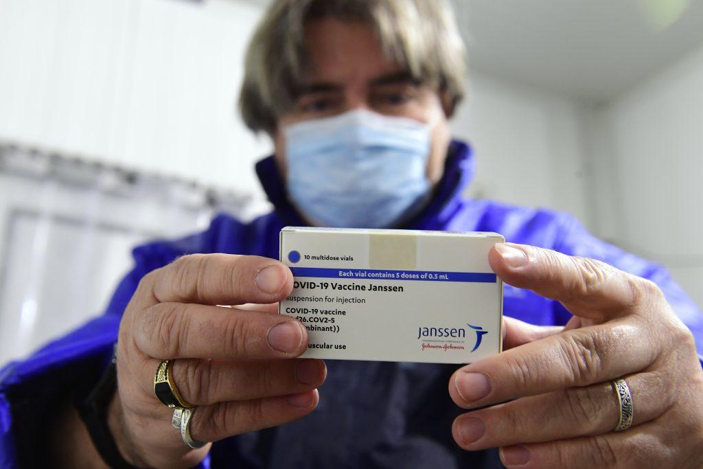 Vakcína Johnson & Johnson sa odkladá. Objavili sa nečakané zdravotné komplikácie
