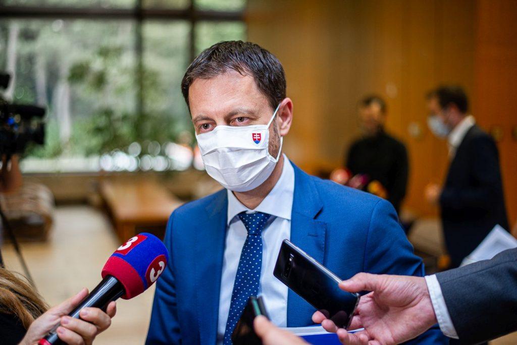 Premiér Heger v rozhlase: Veľa slov, pozitívny tón a obrana Matoviča