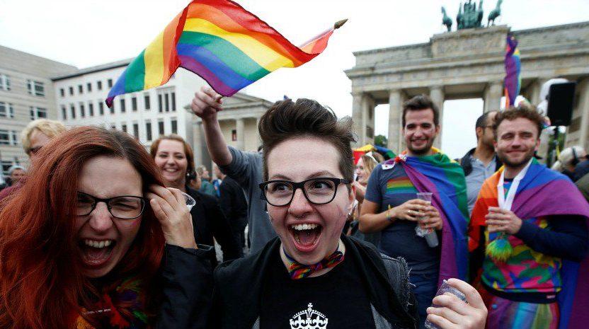 Návrh eurokomisie zrejme smeruje k plošnému uznávaniu LGBT adopcií v celej EÚ