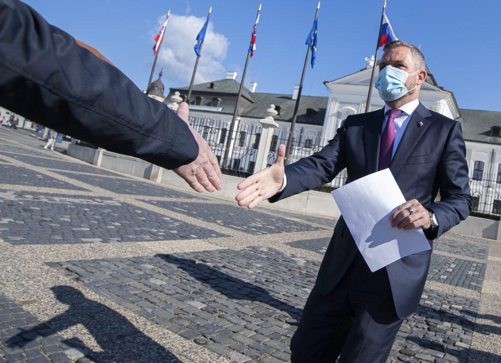 Prezidentke odovzdali takmer 600-tisíc podpisov za referendum. SNS sa hnevá na Pellegriniho