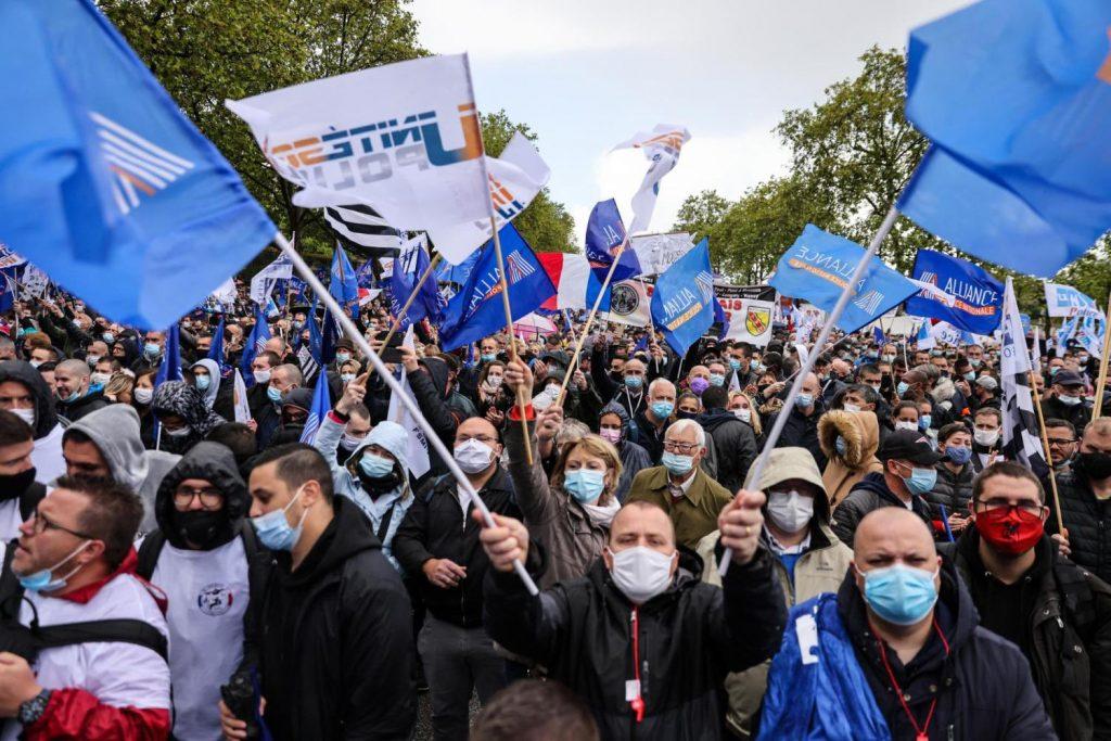Francúzski policajti sa po útokoch boja. Demonštrovali v Paríži za väčšiu ochranu