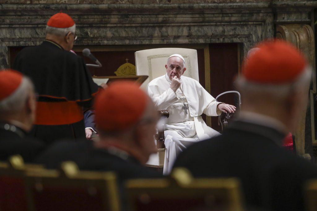 Pápež pritvrdzuje voči zamestnancom Vatikánu a mlčky sleduje búrlivý vývoj v Nemecku
