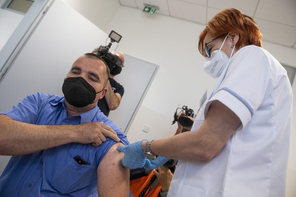 Pfizer stále počíta s treťou dávkou vakcíny, dostať by ju mali zrejme všetci