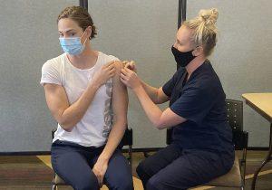 Zasiahne očkovanie do DNA? Vedec zo SAV straší pred genetickými vakcínami. Je to hoax, upokojujú odborníci