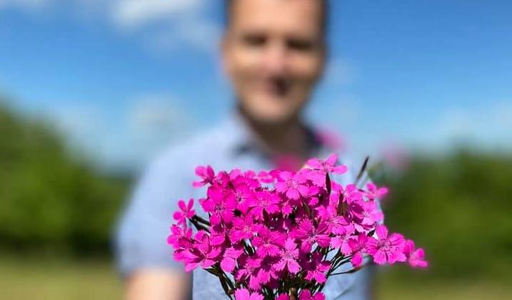 Veľa kriku pre nič. Naozaj Matovič natrhal chránené kvety?
