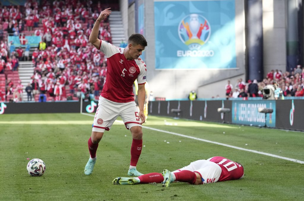 Fíni porazili Dánov 1:0. Dáni nedali penaltu, futbalista Eriksen je v nemocnici