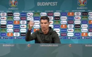 Ronaldo odložil Coca-Colu a vyzval na pitie vody. Hodnota spoločnosti klesla o tri miliardy eur
