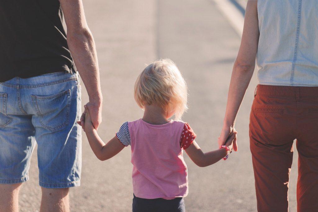 Už nie matka, ale rodič, ktorý porodil. Vplyvná britská LGBT organizácia Stonewall školí celý štát