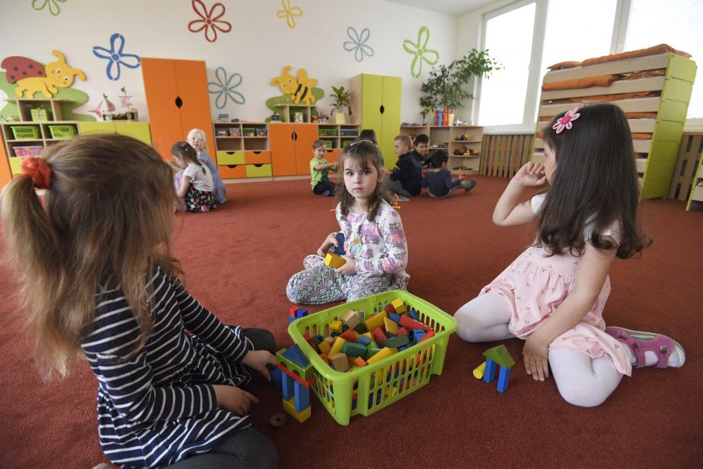 Miest v škôlkach bude dostatok, garantuje ministerstvo školstva. Rodičia to zistia už v júli